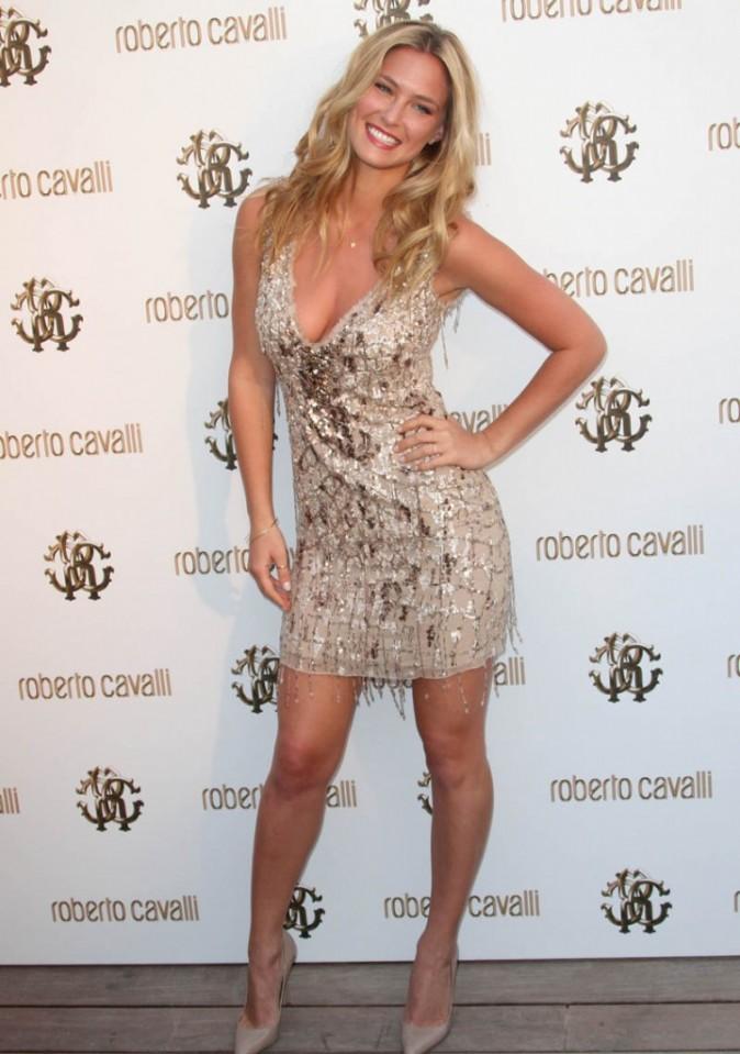 Bar Refaeli en robe dorée Cavalli !
