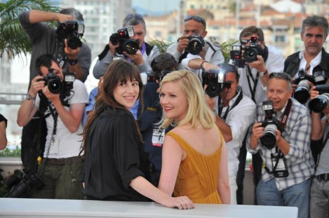 Charlotte Gainsbourg et Kirsten Dunst lors du photocall du film Melancholia à Cannes, le 18 mai 2011.