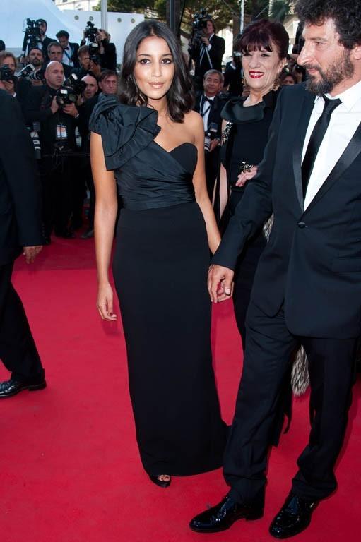 Superbe dans sa robe asymétrique !