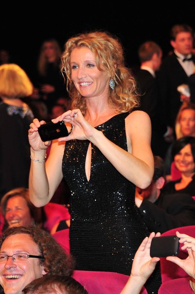 Alexandra Lamy pense qu'il n'y a pas assez de photographes à Cannes....