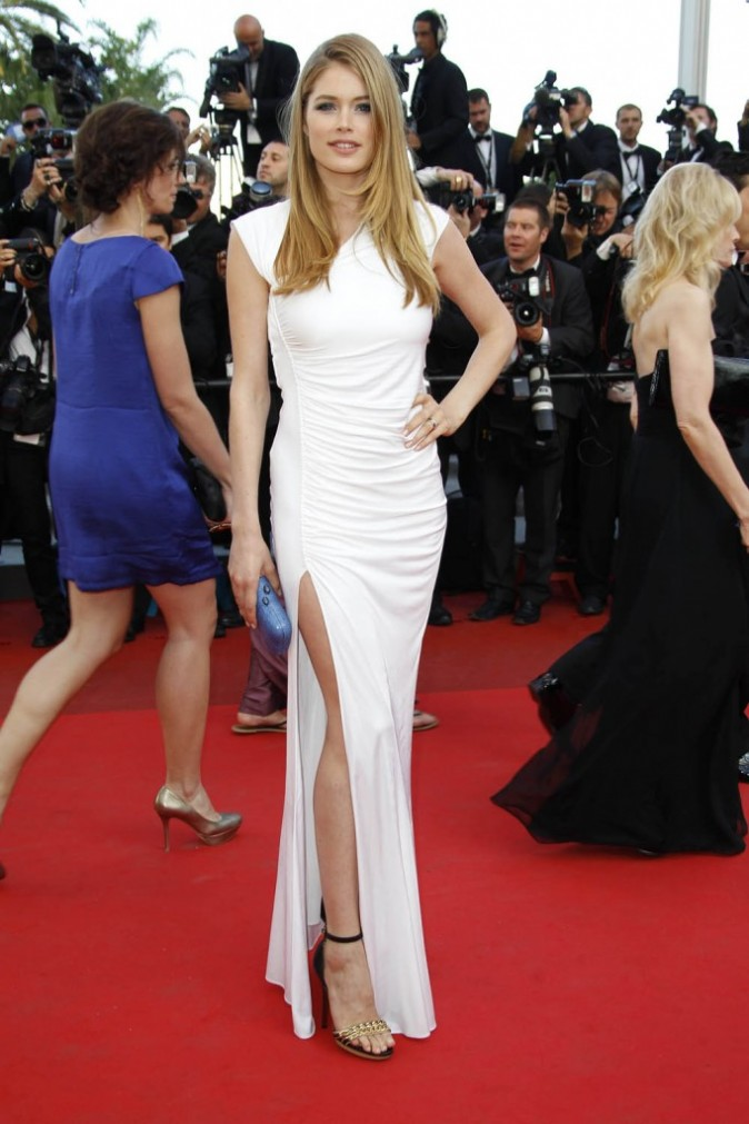 Doutzen Kroes durant la montée des marches du film The Beaver, lors du 64e Festival de Cannes, le 17 mai 2011.