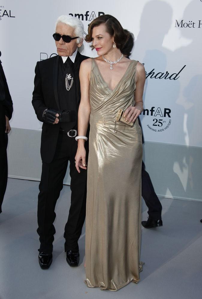 Cannes 2011 : Gala de l'AmfAR : Milla Jovovich pose en compagnie du couturier Karl Lagerfeld