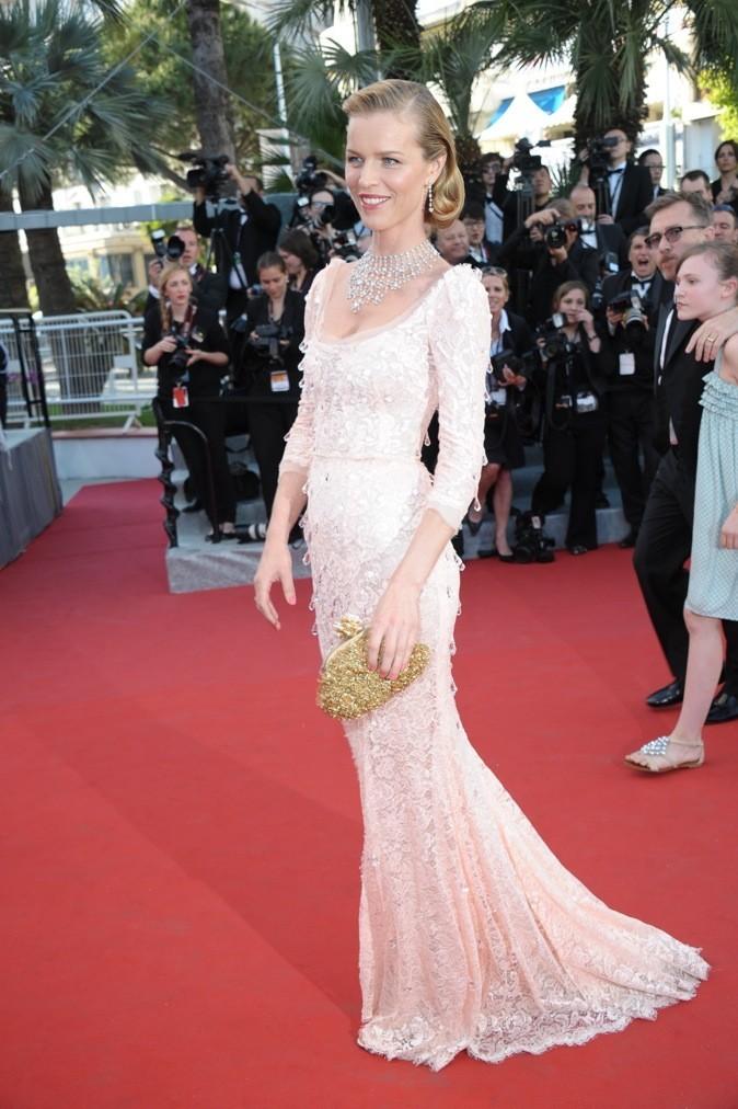 Eva Herzigova en Dolce & Gabbana (mercredi 16 mai 2012)