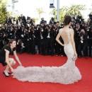 Elle est obligée d'avoir une assistante pour la robe !