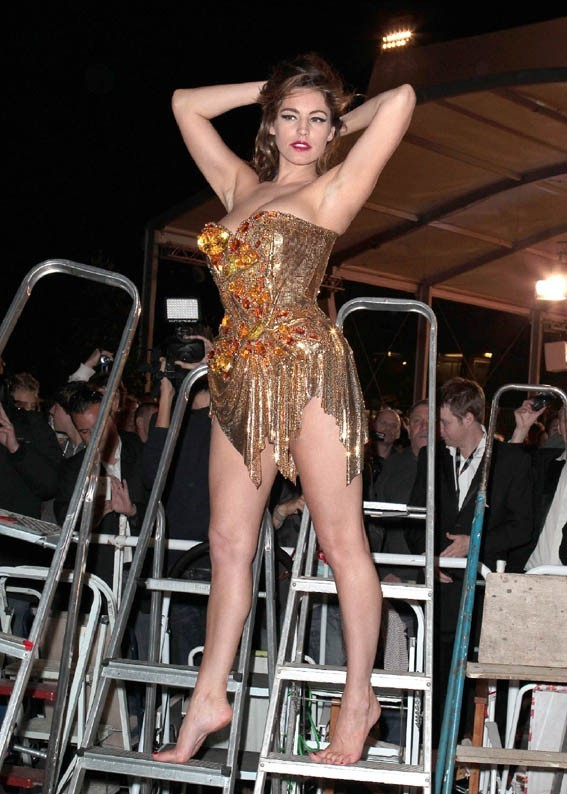 Kelly Brook en shooting dans les rues de Cannes le 22 mai 2012