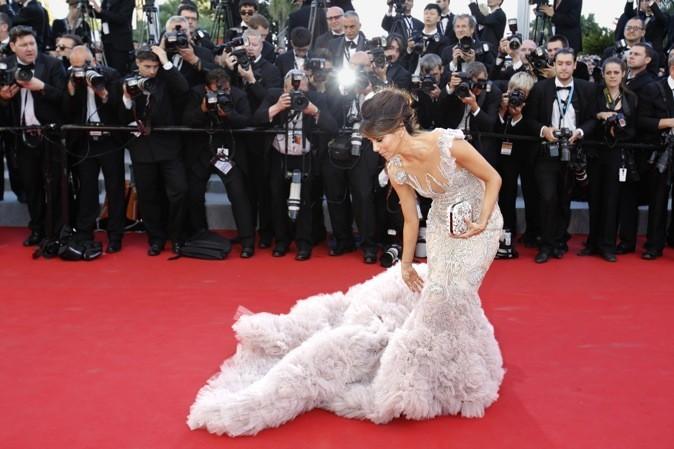 Eva Longoria galère avec sa robe de princesse !