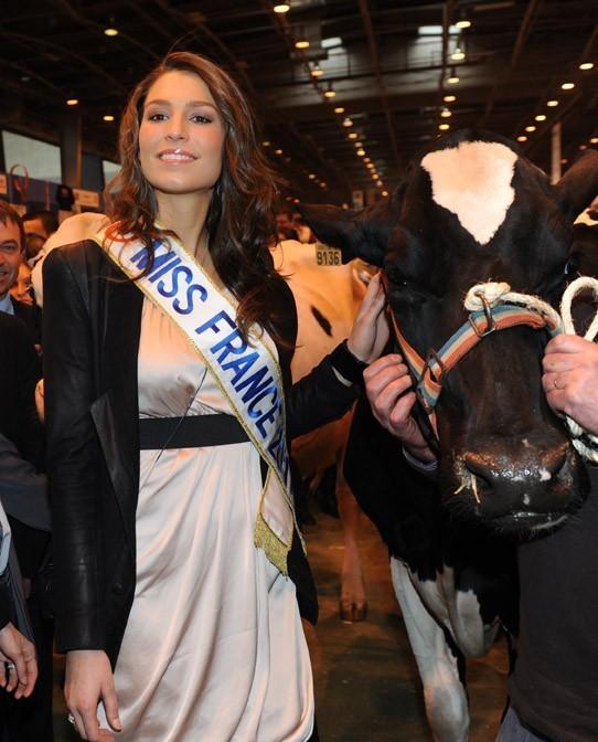 Laury Thilleman a dû poser avec une vache
