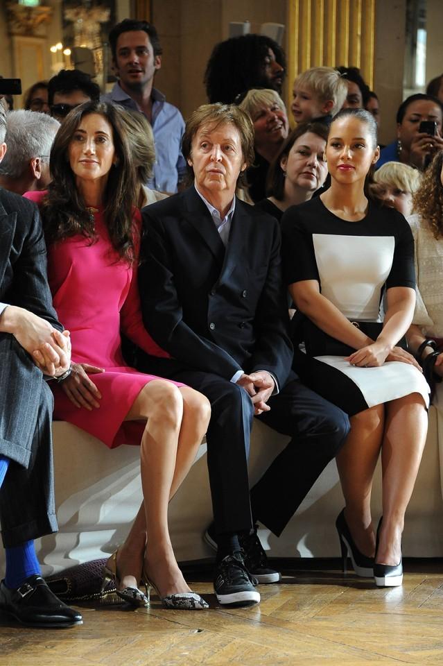 A côté de Paul McCartney, la classe !