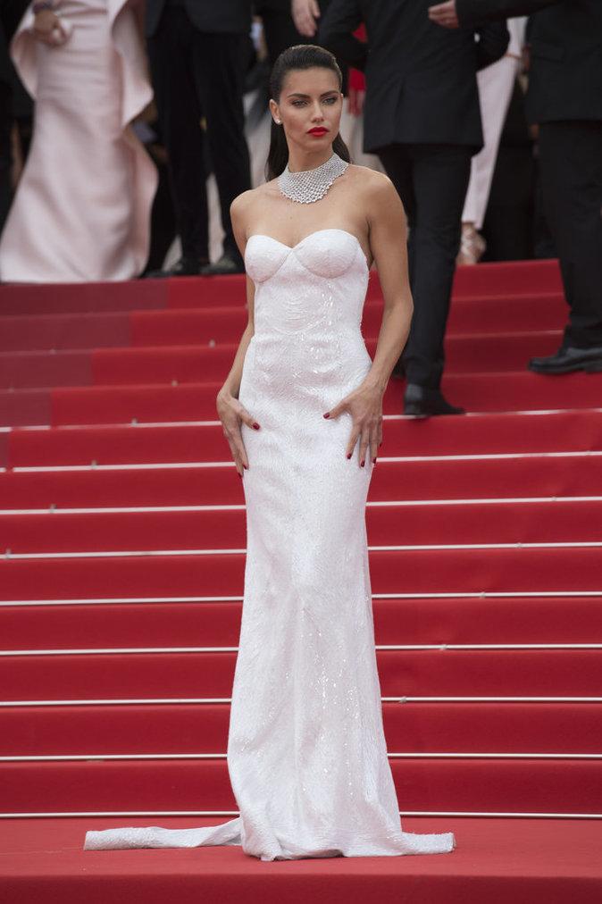 Adriana Lima en fourreau Naeem Khan - Cannes, le 18 mai 2017