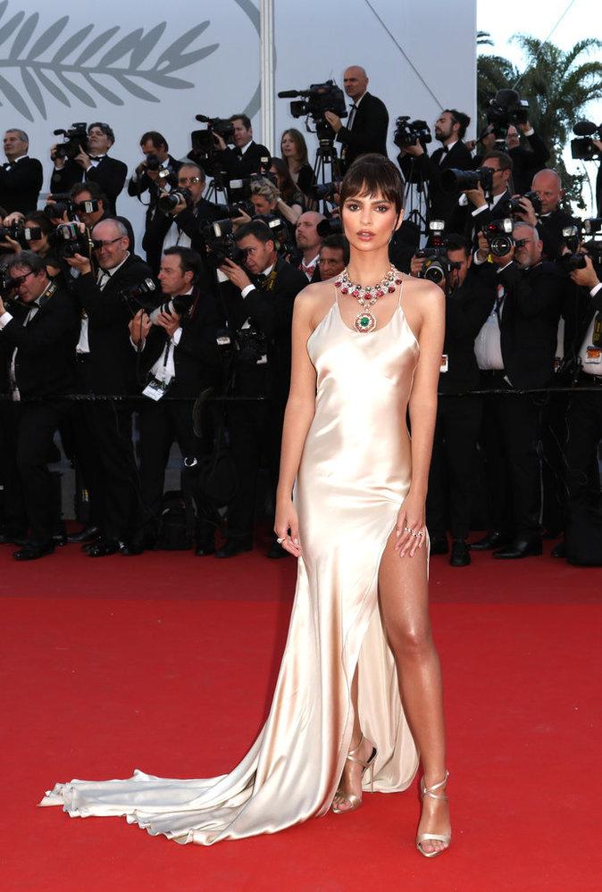 Emily Ratajkowski en robe Twinset et sandales à talons Giuseppe Zanotti - Cannes, le 17 mai 2017