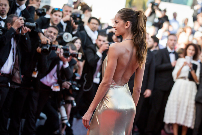 """Izabel Goulart à Cannes pour la montée des marches du film """"The Last Face"""""""