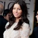 Photos : Golden Globes 2012 : Jessica Biel, presque une robe de mariée, mais sans sa bague de fiançailles ! Étrange…