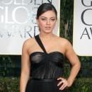 Golden Globes 2012 : Mila Kunis glamour mais bien seule sur le tapis rouge...