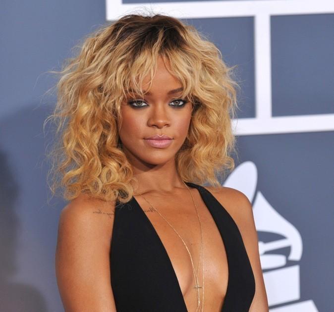 Magnifique Rihanna avec sa chevelure blonde joliment frisée
