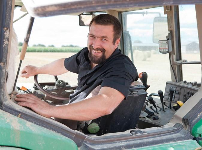 Sylvain, l'agriculteur célibataire de l'Orne de l'Amour est dans le pré
