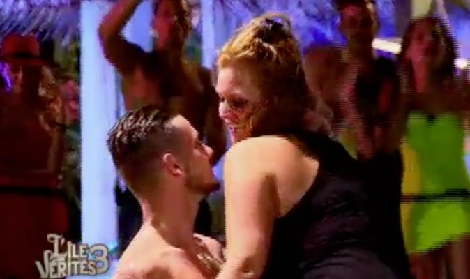 Aurélie fait une danse à Raphaël