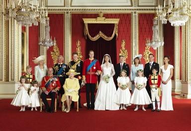La famille royale à gauche, avec Harry et le Prince Charles. A droite, la famille de Kate Middleton