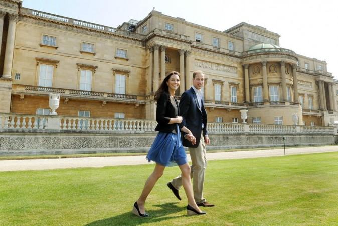 Les nouveaux mariés devant Buckingham Palace