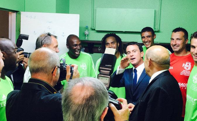 Manuel Valls dans les vestiaires du Variété Club de France