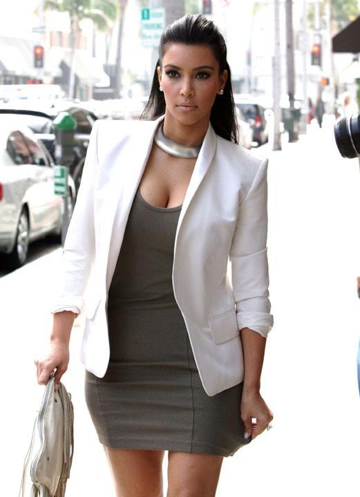 Kim en petite robe moulante pour aller se faire une manucure !