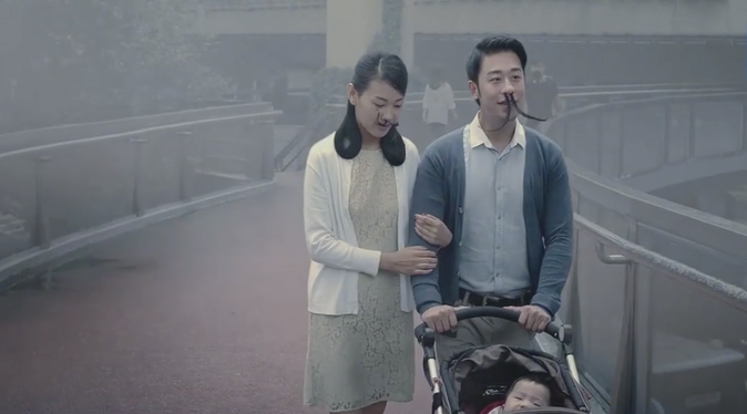 Vidéo : Chine : Moment beurk : Il se fait poser de longs poils de nez contre la pollution