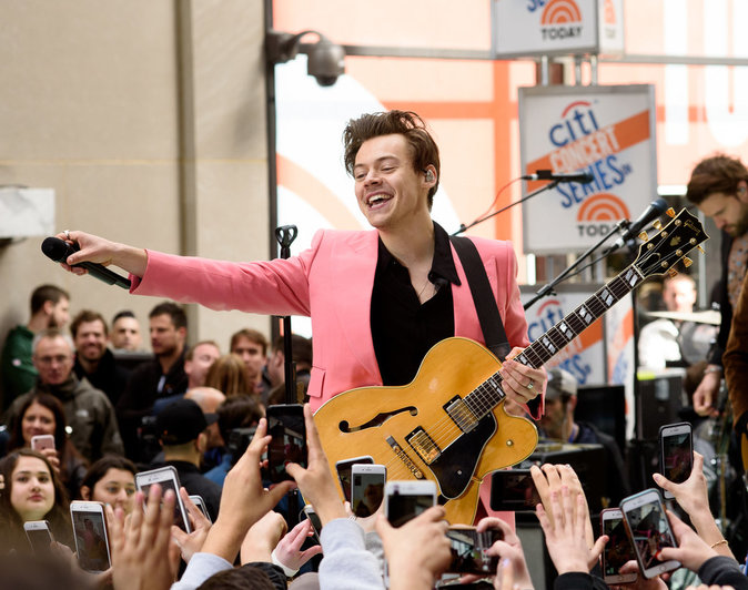 Harry Styles : Son costume rose vif provoque l'hystérie des fans !