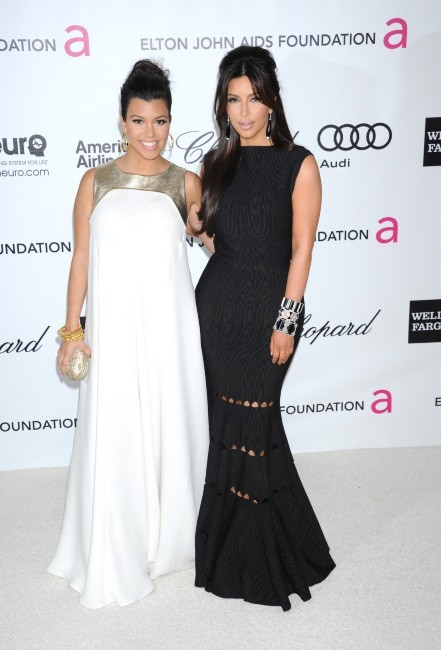 Kourtney et Kim Kardashian lors de l'Oscar Party d'Elton John à Hollywood, le 26 février 2012.