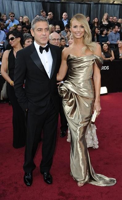 George Clooney et Stacy Keibler lors de la cérémonie des Oscars à Hollywood, le 26 février 2012.