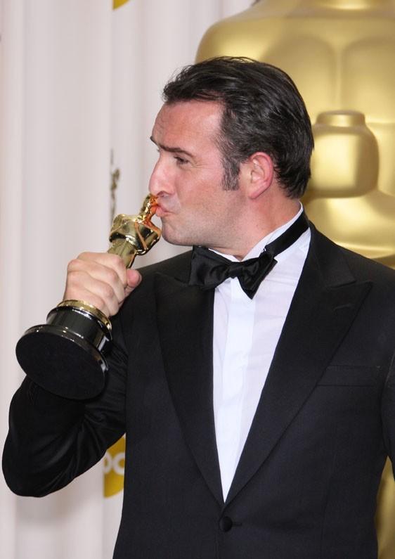Jean Dujardin embrasse enfin son Oscar !