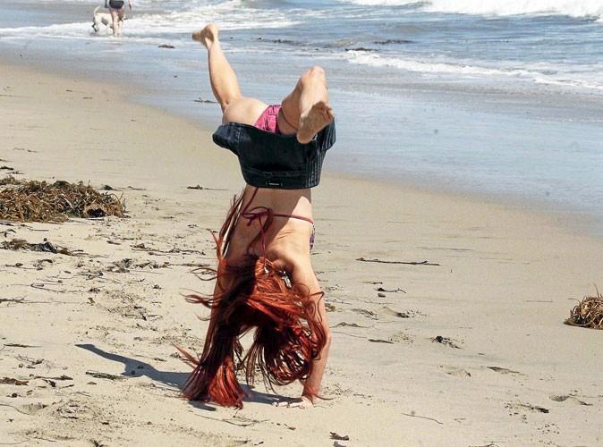 Phoebe Price fait des acrobaties à la plage