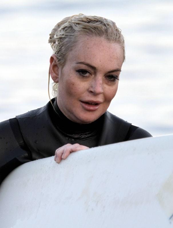 Après sa séance, elle a fait retoucher son maquillage sur la plage !