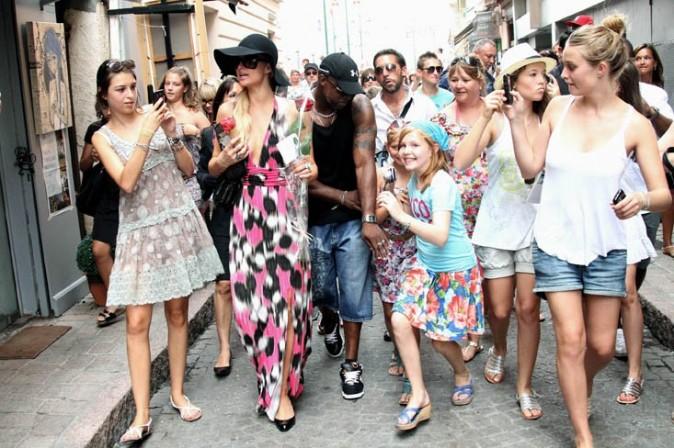 Paris Hilton très entourée dans les rues de Saint-Tropez !