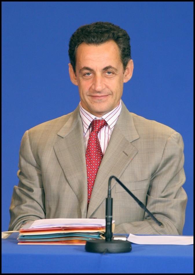 En octobre 2005 : une cravate rouge assortie à la chemise
