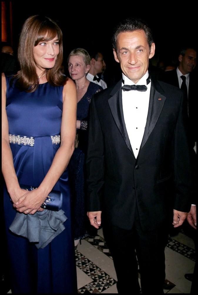 En septembre 2008, avec Carla Bruni : smoking et noeud pap