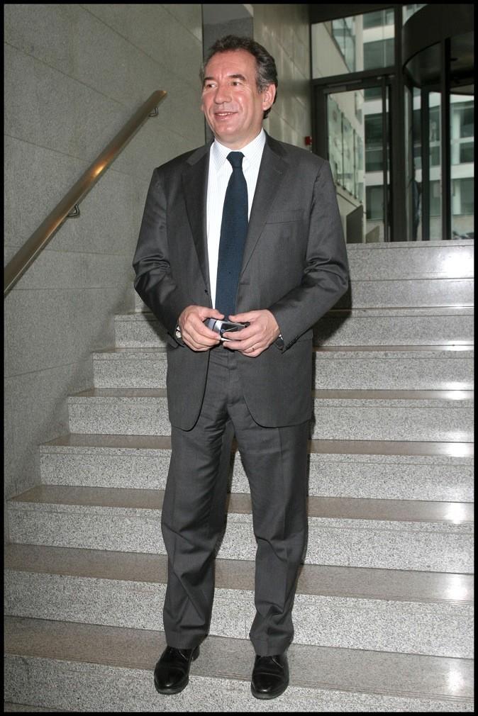 Comme à son habitude, costume et cravate sombres
