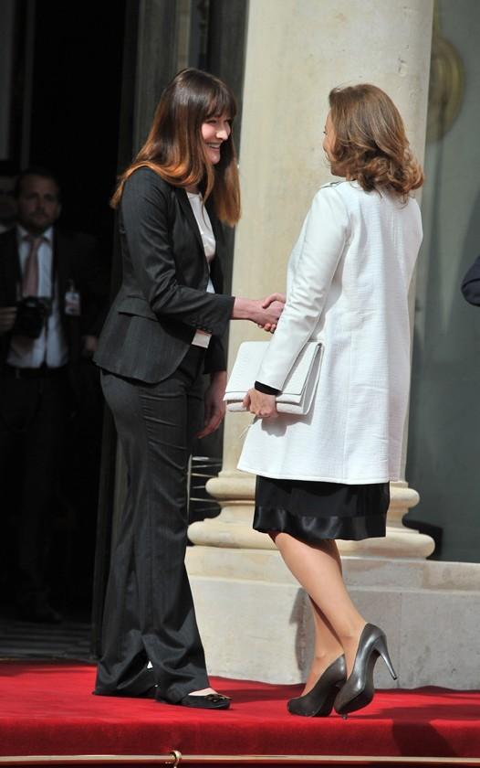 Carla Bruni accueille Valérie Trierweiler sur les marches de l'Elysée