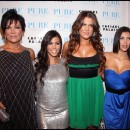 Kris et ses filles, Kim, Kourtney et Khloé posent dans leur boutique de New York. Voilà une belle brochette de brunes qui en connaissent un rayon côté fashion!