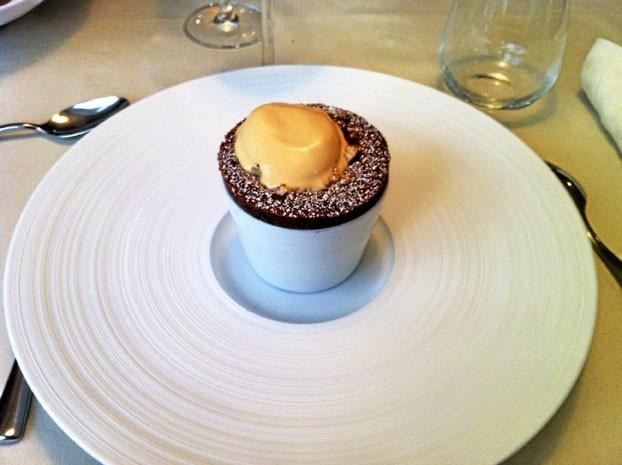Dessert : Le Venezelua : soufflé chocolat Araguani, noisettes caramélisées, crème glacée au caramel beurre salé.