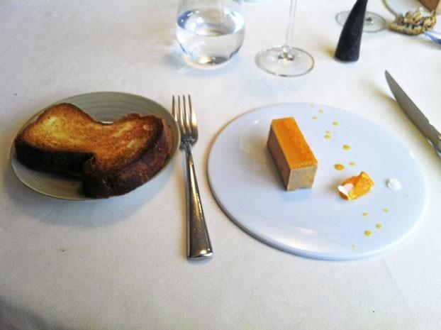 Entrée : Terrine de foie gras avec une délicate gelée à la mandarine, servie avec une brioche tendre à souhait.