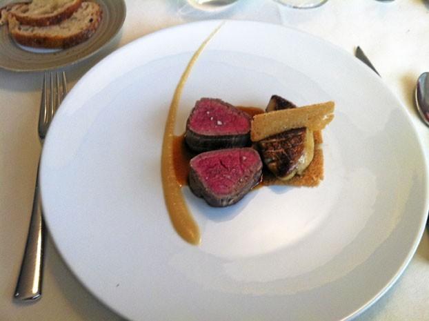 Plats : Boeuf Simmenthal : Filet cuit à la plancha, foie gras de canard poêlé, pommes de terre rattes à la truffe noire du Périgord.