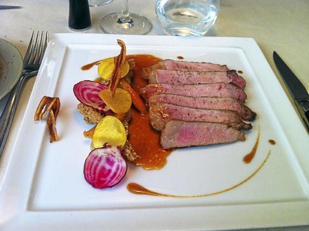 Plats : Cochon Ibérico : Côte cuite doucement au beurre noisette, légumes de saison jus de cochon à la cacahuète grillée.