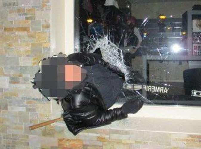 Public Buzz : Il cambriole un magasin... Et il reste coincé dans la vitrine !