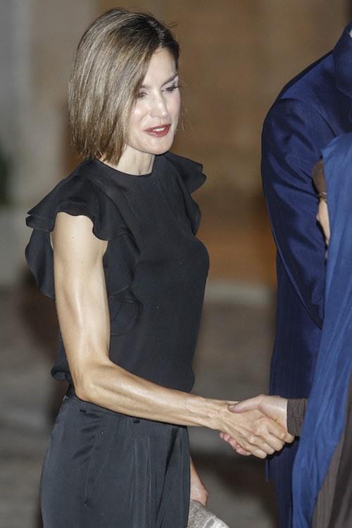 Public Buzz : Photos : en deuil et toujours plus maigre, Letizia d'Espagne inquiète !