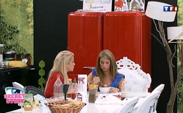 Pendant que Sabrina parle, Aurélie se goinfre !