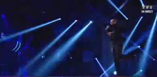 Au milieu de sa chanson, Nuno Resende s'envole dans le ciel