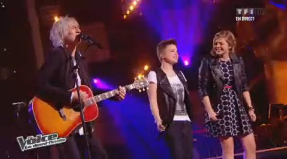 Avant que les résultats ne soient proclamés, Louis Bertignac chante avec ses deux très jeunes talents