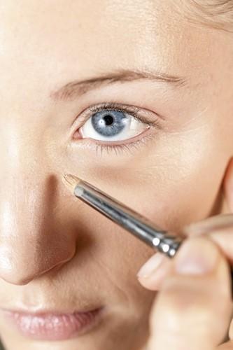 Après avoir appliqué un soin hydratant sous forme de gel (pour empêcher que le maquillage coule), effacez les cernes et autres imperfections avec...
