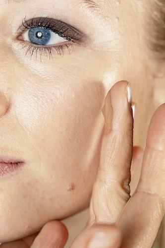 Utilisez un fond de teint à la texture fi ne pour avoir un fini presque transparent. Commencez par étaler la matière au milieu du visage et étir...