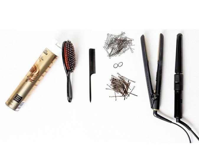 Les bons outils : de la laque, des pinces plates , un fer à lisser et un fer à friser