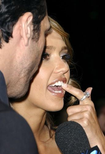 Jessica Alba semble avoir un truc coincé entre ses dents...